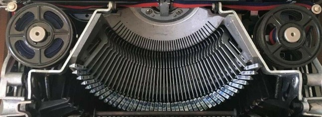 Olivetti Lettera 22 with original spools and spool nuts