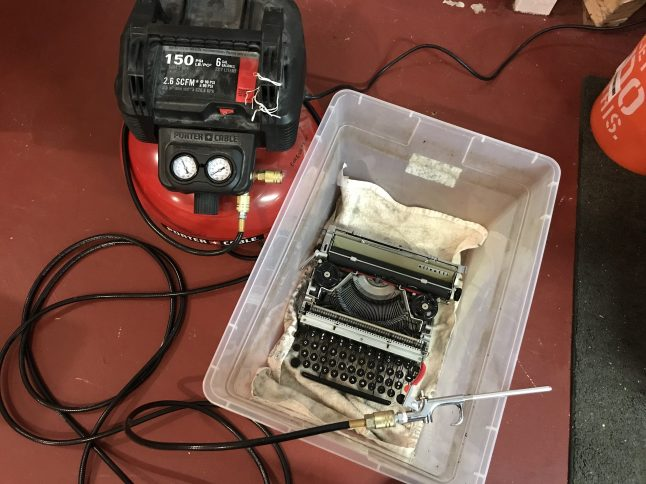 Olivetti Lettera 22 - using an air compressor to blow out dust